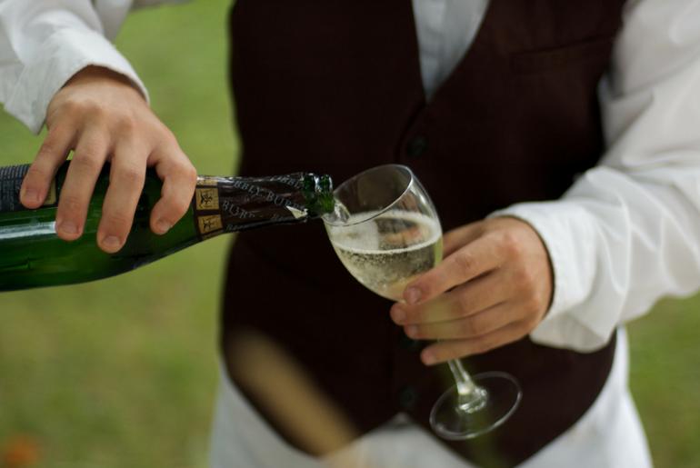 Il finto cameriere è un innovativo format comico per intrattenimento durante cene ed eventi aziendali