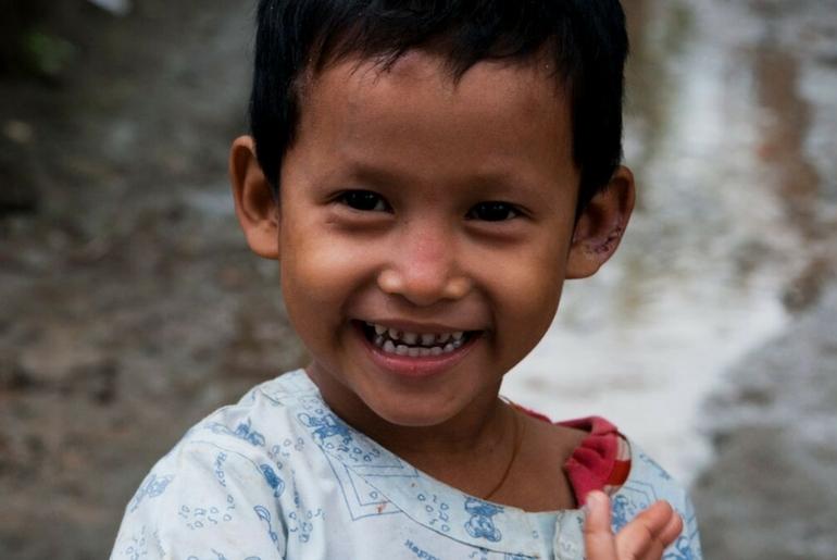 Il sorriso ai bambini non manca nonostante la lotta alla povertà in Myanmar