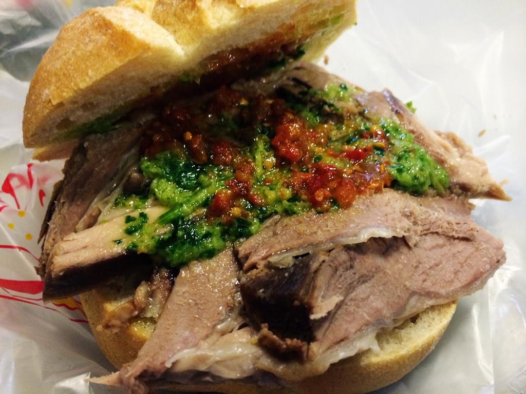 Il lampredotto è un saporitissimo panino toscano con carne ricavata dallo stomaco della mucca