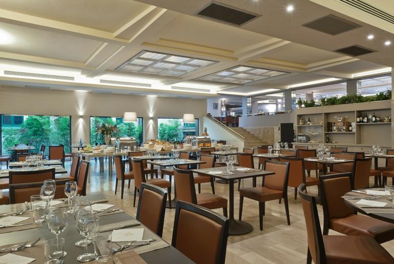 Servizio personalizzato per cene aziendali nel ristorante del Grand Hotel Mediterraneo