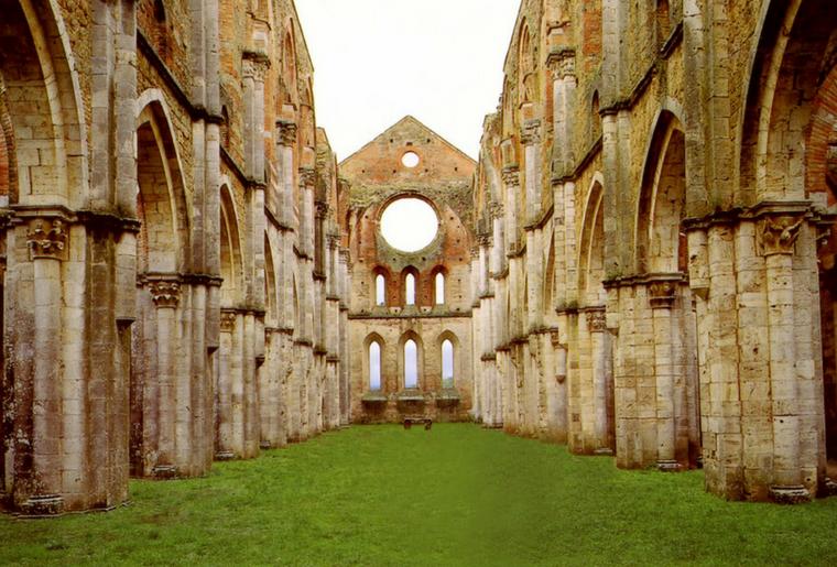 Meta particolare per il trekking in Toscana è l'abbazia di San Galgano caratterizzata dall'assenza di tetto