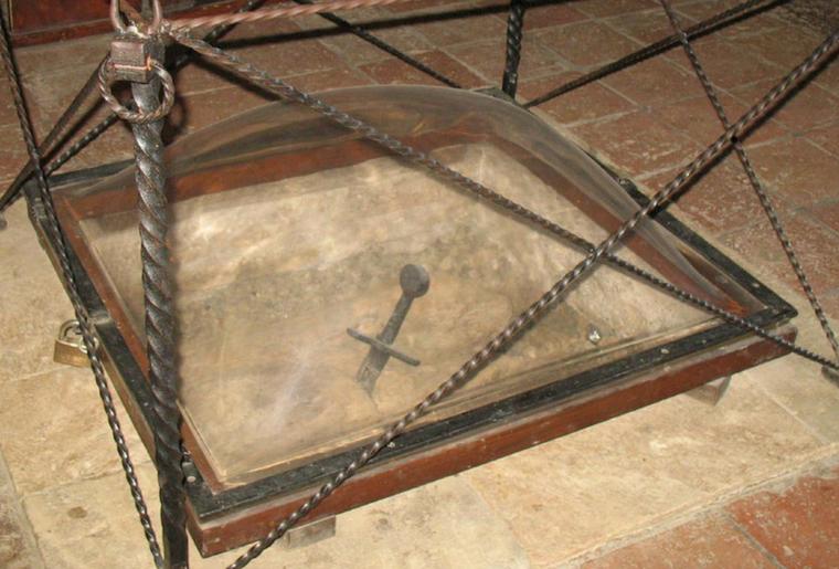 La leggenda vuole che la spada sia stata conficcata nella roccia da San Galgano