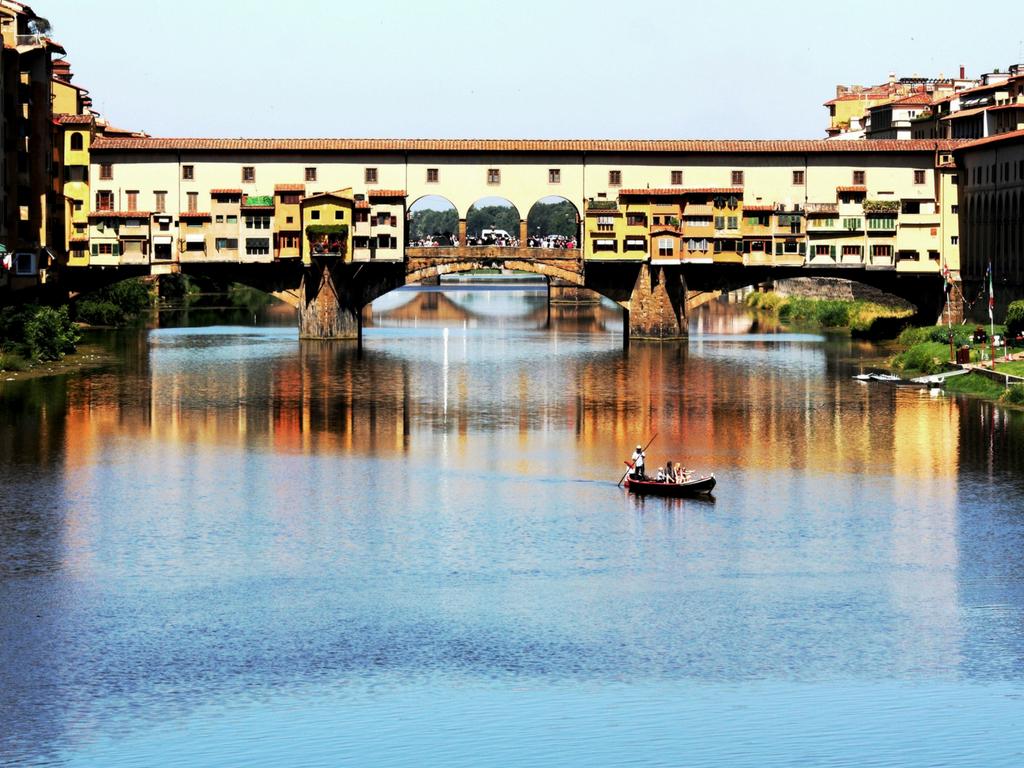 escursione in barca sull'Arno per un weekend romantico a Firenze