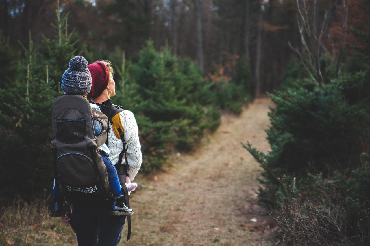 Passeggiate al parco durante le vacanze in famiglia con i bambini