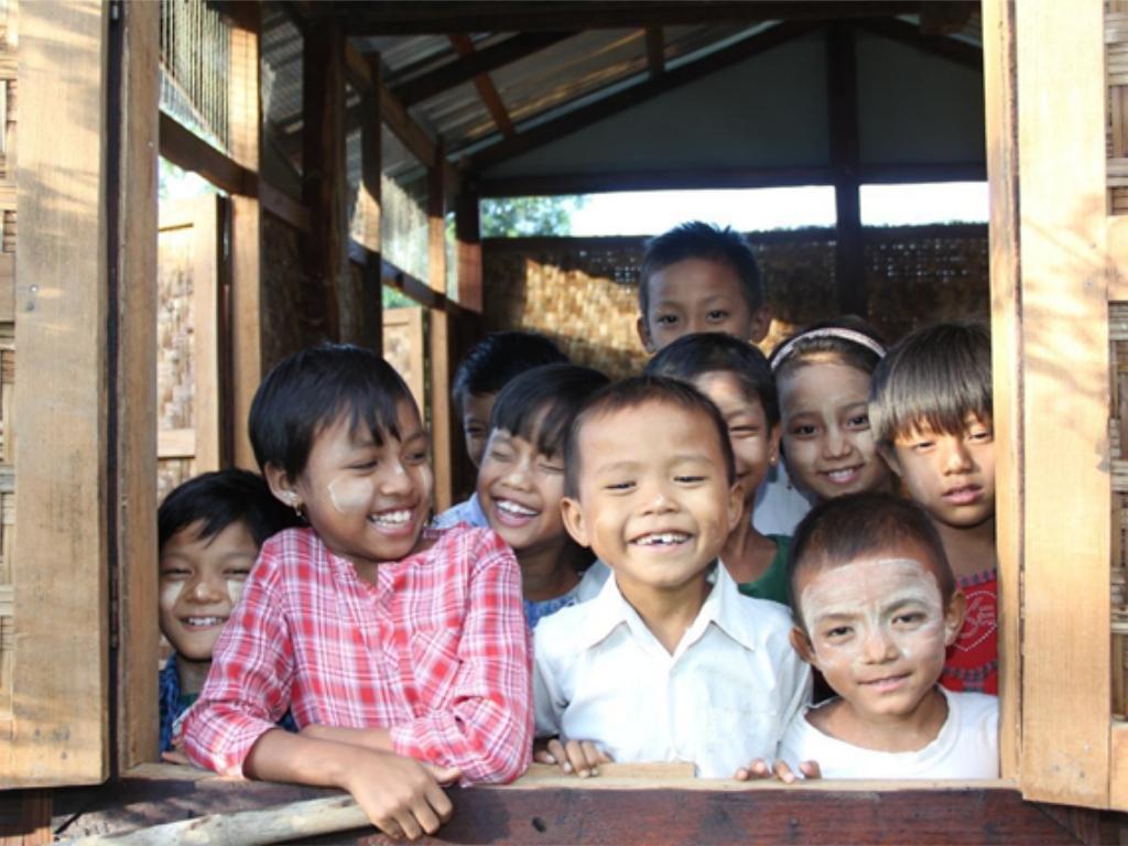 Bambini affacciati alla finestra - ActionAid - Myanmar